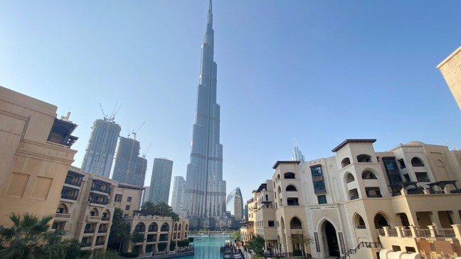 杜拜高度仰賴國際旅遊業,觀光收入幾乎占國內生產毛額的三分之一。圖為哈里發塔。 路...