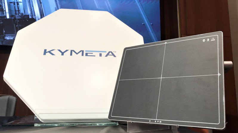 群創跨界液晶平板天線領域,攜手Kymeta進軍航太級衛星天線(圖左)市場;另鎖定醫療器材應用領域的X光平板偵檢器市場(圖右)。記者李珣瑛╱攝影