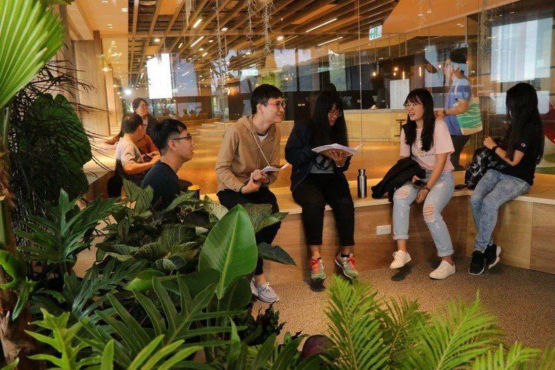 中山大學打造互動討論空間「西灣學院創意實踐基地」,提升通識課學習品質。圖/中山大學提供