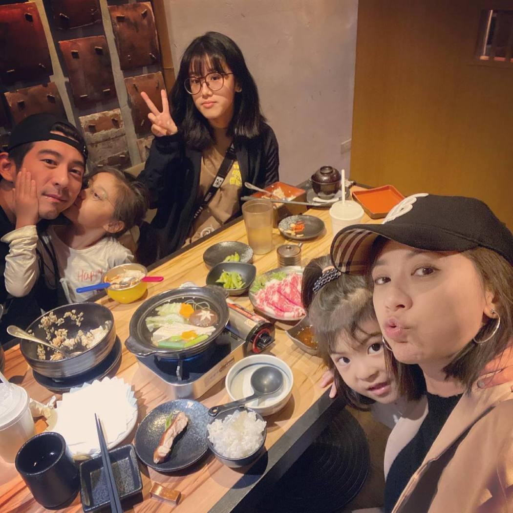 修杰楷(左)與家人共度生日。圖/摘自臉書