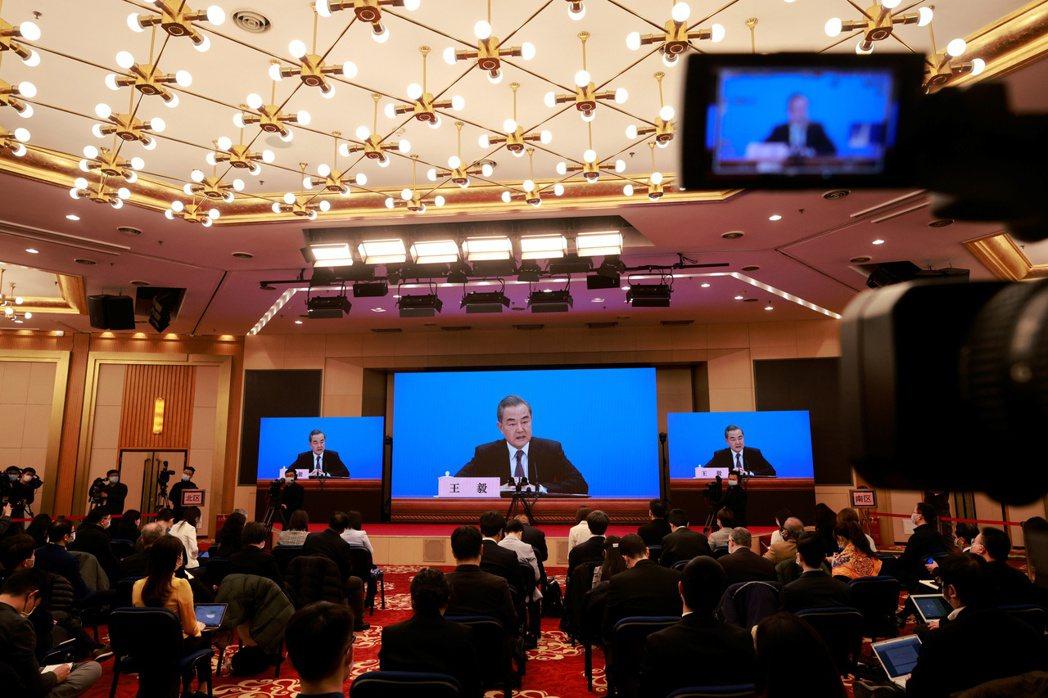 大陸國務委員兼外長王毅昨在北京舉行年度記者會,記者會採用網路視訊形式進行。(路透...