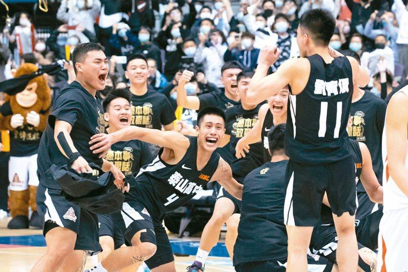 泰山高中逆轉擊敗南山高中,喜迎隊史第一座金盃。記者季相儒/攝影