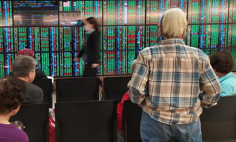 台股今(8)日開高震盪走低,終場以15,820.11點作收,下跌35.12點。記者林俊良/攝影