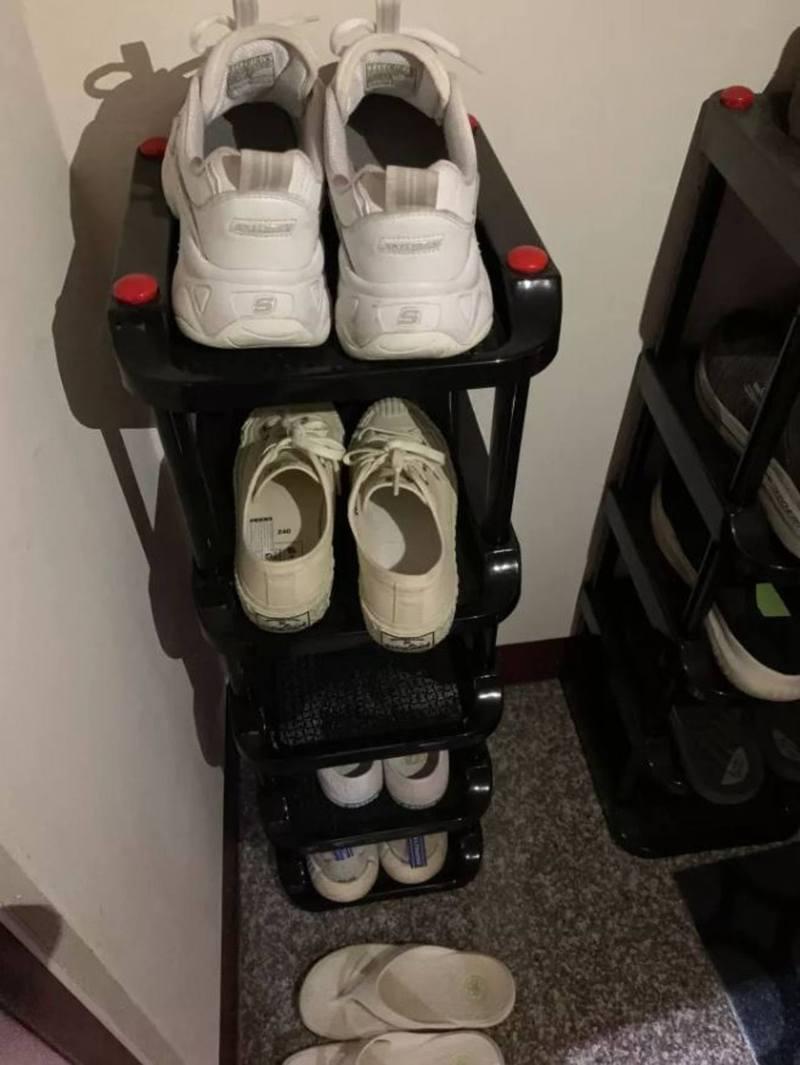 女出門穿鞋時發現鞋內有一處無故地濕掉,而且更是連續2次發生,同樣都是右鞋子遭殃。(Dcard討論區圖片)