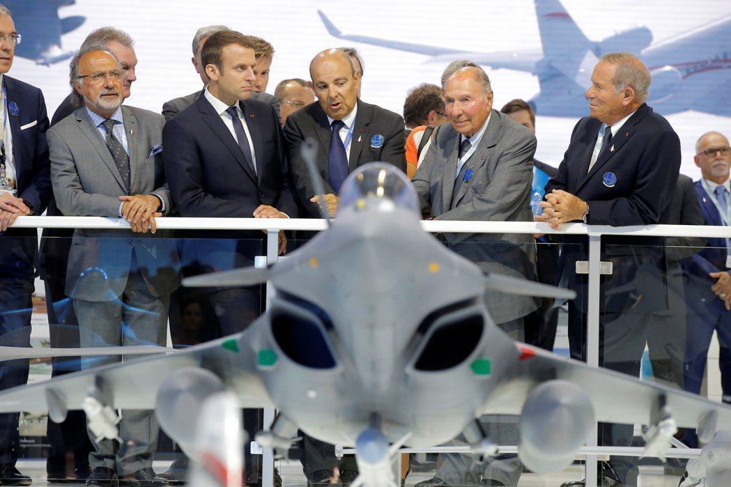 圖為奧利維耶(左起)、總統馬克宏、達梭集團首席執行官埃里克以及塞吉出席2017年...