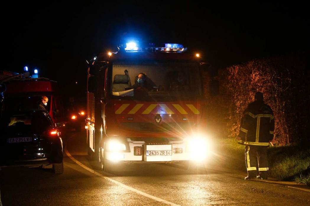 目前,達梭家族與檢警相關人員直至周一清晨都不願公布更多的失事經過。圖為到現場救援...