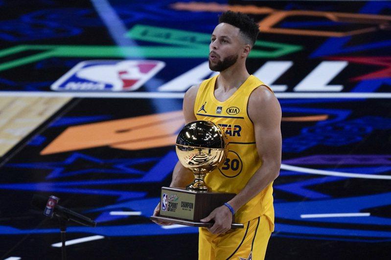 柯瑞成為史上第7位曾多次贏得三分球大賽冠軍的球員。 美聯社
