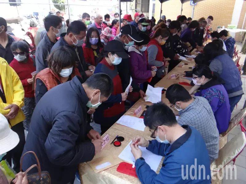 台塑企業也發放年節禮金給中低收入戶,滿園溫馨。  圖/蔡維斌 攝影