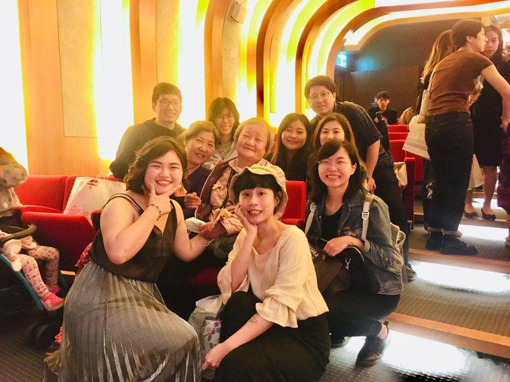 陪大姐看電影(淡江大學同學拍攝大姐的紀錄片)。 圖/人生百味提供