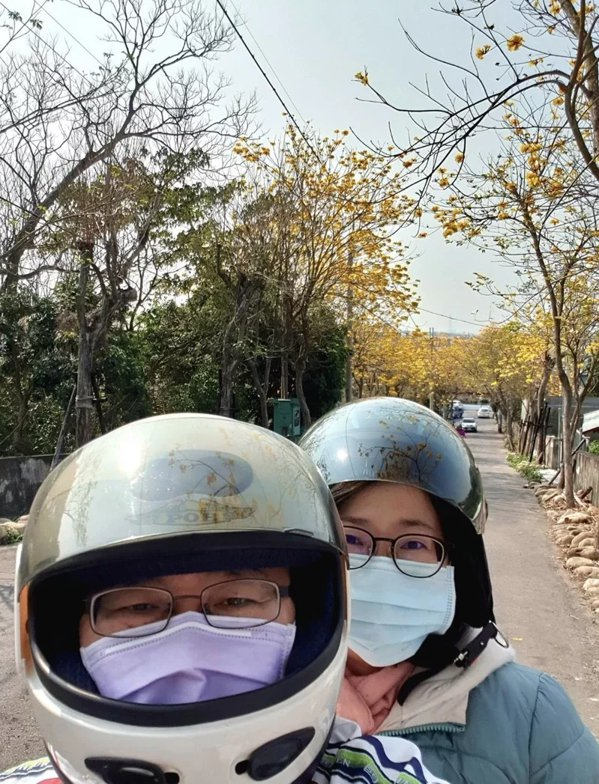 彰化縣竹塘國中校長黃仲平昨天騎著他的30年光陽老豪邁機車載妻子一日遊騎了173公...