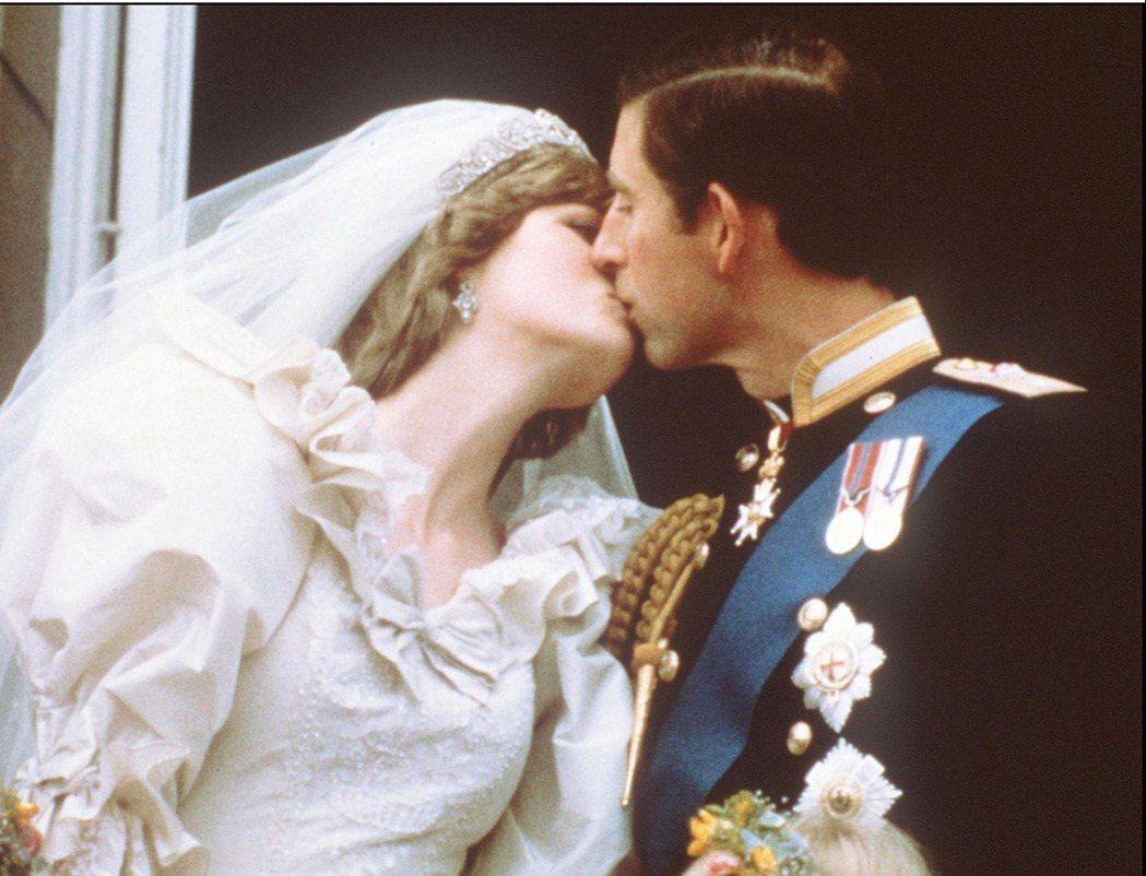 參考英國王室過往的種種不良紀錄——外來的黛安娜被惡意曝光於媒體霸凌;親生的安德魯...