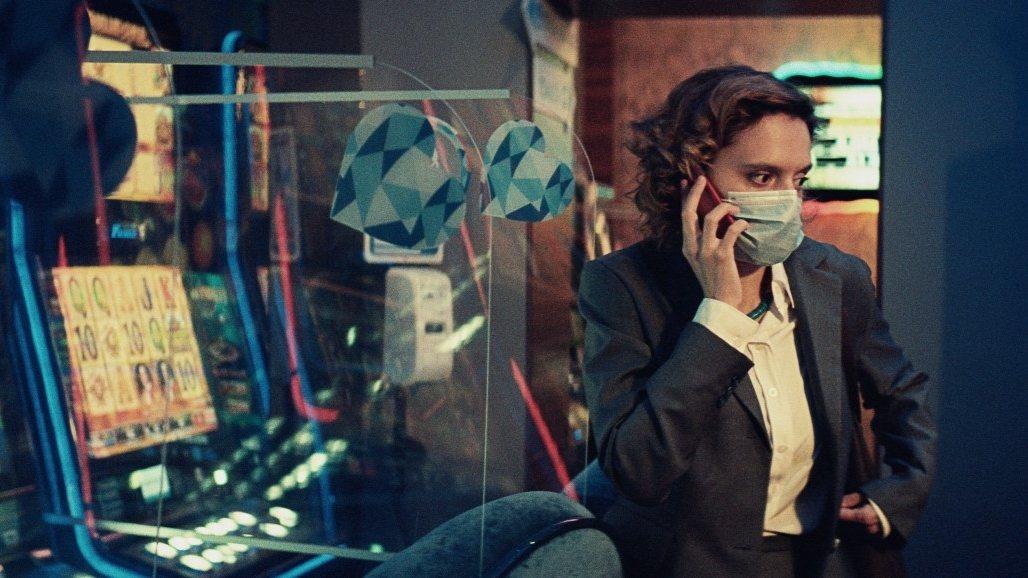 羅馬尼亞電影《倒楣性愛和瘋狂A片》獲頒柏林影展金熊獎。圖為《倒楣性愛和瘋狂A片》劇照。 圖/IMDb