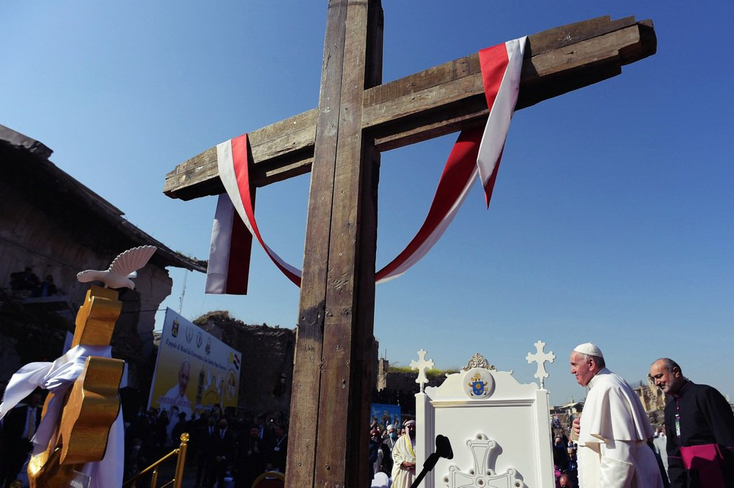 圖為教宗在摩蘇爾的大十字架前。 圖/路透社