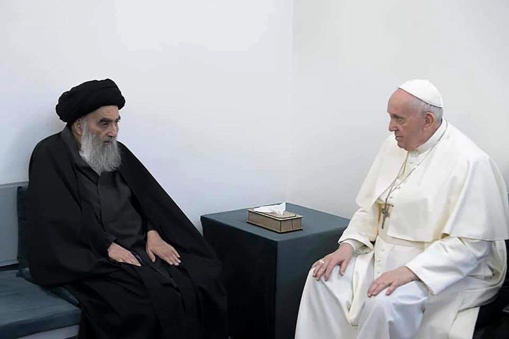 教宗與什葉派領袖希斯塔尼面對面坐下、彼此善意互動的畫面格外引起矚目——這是前人盼...