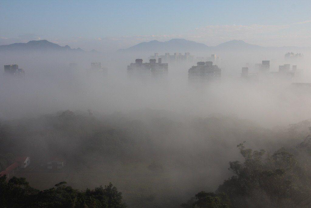 新北市林口區位處特殊的地理環境,冬天容易起霧,就有PTT網友好奇,本地人是如何忍...