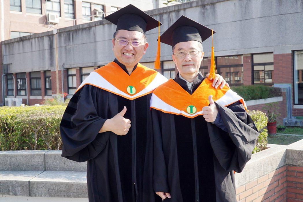 大葉大學工學院院長李清華(右)恭喜李昌懋(左)完成博士學位。 大葉大學/提供。