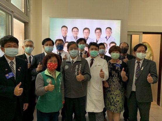 參與桃園市觀音區牙科醫療站揭牌儀式的與會人員合影。 台灣長照醫學會/提供