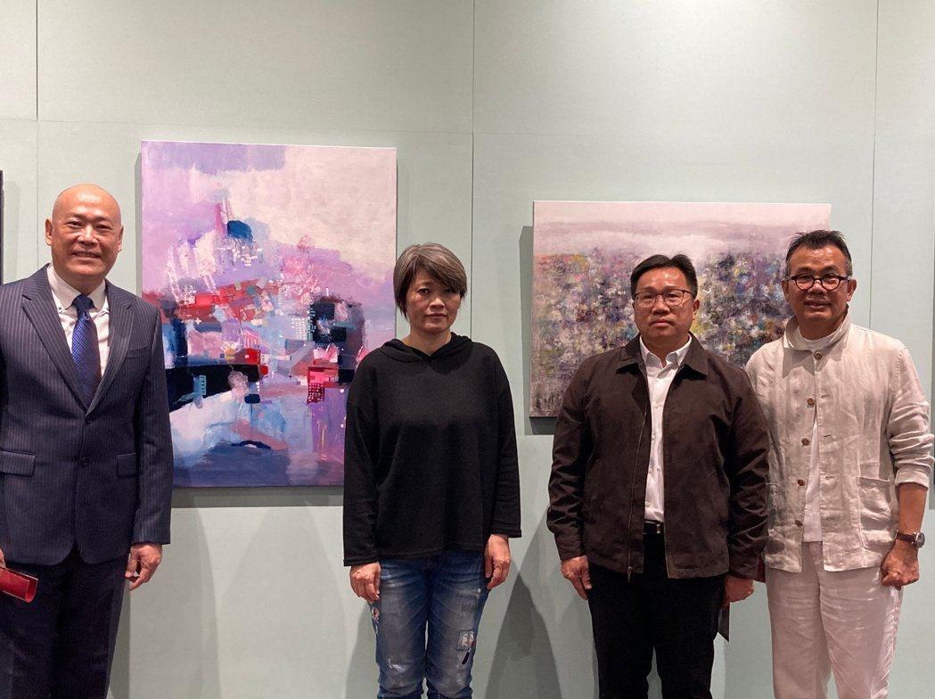 左起拍賣官、藝術家、文化局副局長、呂總監。知事官邸生活館∕提供