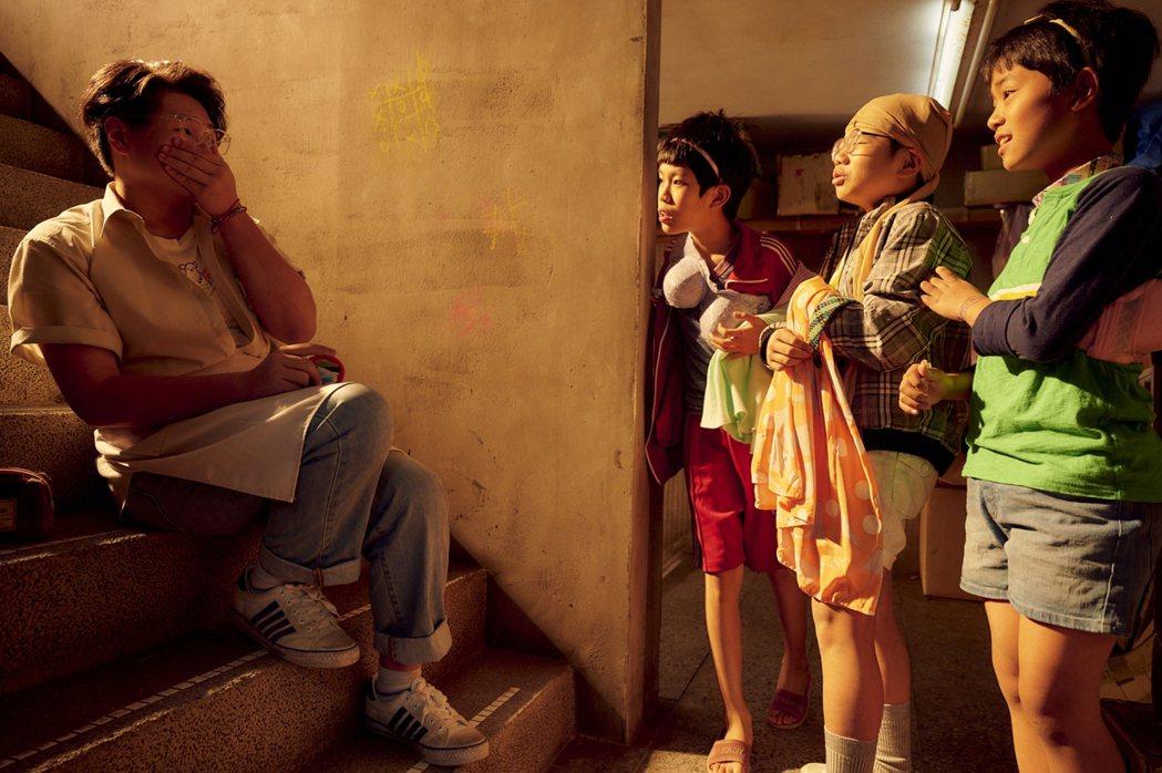 台劇「天橋上的魔術師」中,「三小男孩」穿裙子、媽媽內衣,與飾演小八的演員鄭豐毅(
