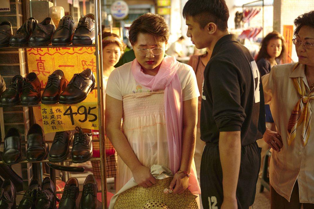 演員鄭豐毅(前中)在台劇「天橋上的魔術師」中飾演小八,因愛美的陰柔特質遭許多人欺...