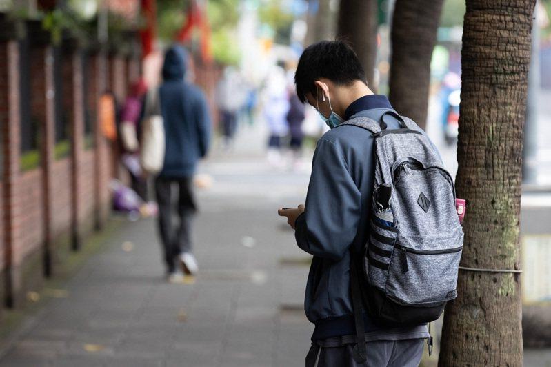 台灣歷經多次教改,升學壓力依然不減。中研院研究,兩次升學大考高度影響學生憂鬱傾向。圖非當事人。記者季相儒/攝影