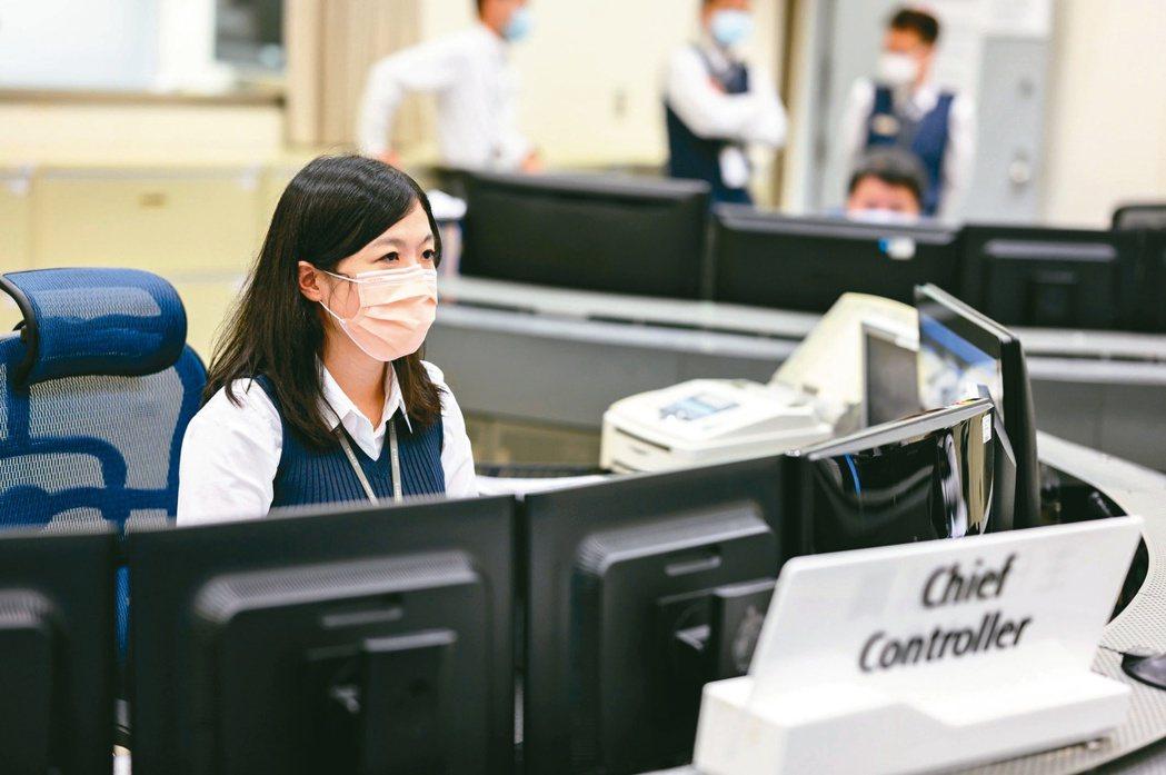 賴彥臻是高鐵唯二「女指揮官」之一,負責形同列車運轉大腦的主任控制員工作。圖/台灣...