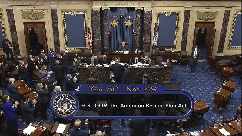 美國參議院六日挑燈夜戰,以五十票對四十九票通過一點九兆美元新紓困法案。(美聯社)
