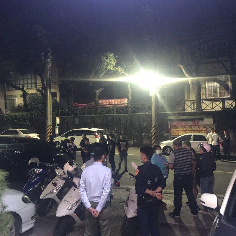 午夜12點左右,死者吳男家屬糾眾聚集派出所前,情緒激動要求警方交出人犯。記者徐白櫻/攝影