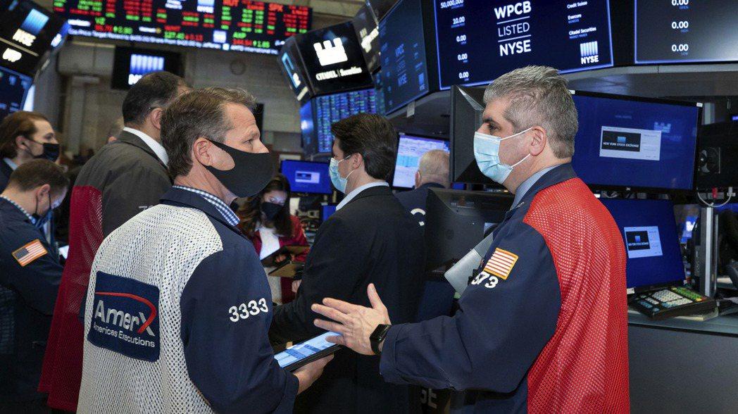 許多投資人逢低買進,資金繼續湧入股市。美聯社