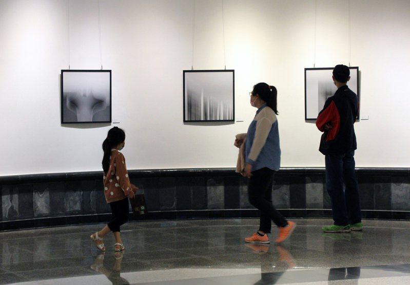 民眾觀看「昏霾—楊士宏攝影展」。圖/台中市港區藝術中心提供