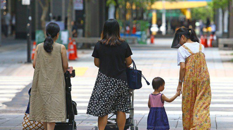 我國生育率敬陪末座,行政院昨(6)日在母親節前夕,推出預算近百億元的催生政策。本...