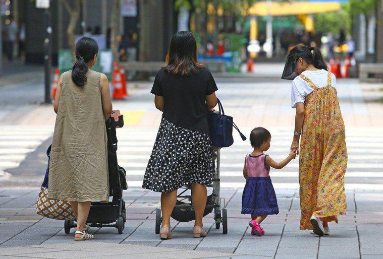 根據國發會的中推估,2022年台灣總生育率將再度低於1,儘管生育率如此低迷,投入...
