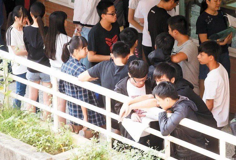 國中會考3月11日到13日辦理報名作業,4月9日寄發准考證,5月15及16日考試。本報資料照片