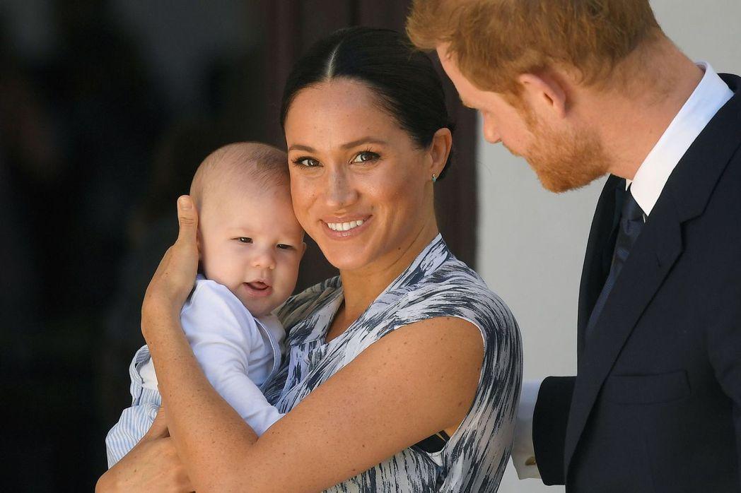 梅根(中)透露兒子亞契出生前,英國皇室曾擔心他的皮膚會太黑,也不授予王子頭銜。圖