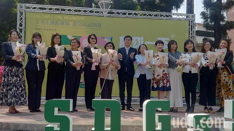 高雄市長陳其邁上午出席「2021高雄婦女節」活動,並贈花給所有市府女性局處首長。記者蔡孟妤/攝影