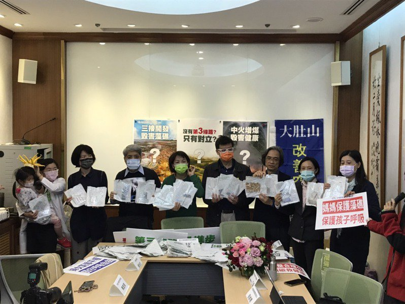 今天是婦女節,許多女醫師、女環境運動者、女學者現身,呼籲經濟部提出第三條能源轉型道路。記者吳姿賢/攝影