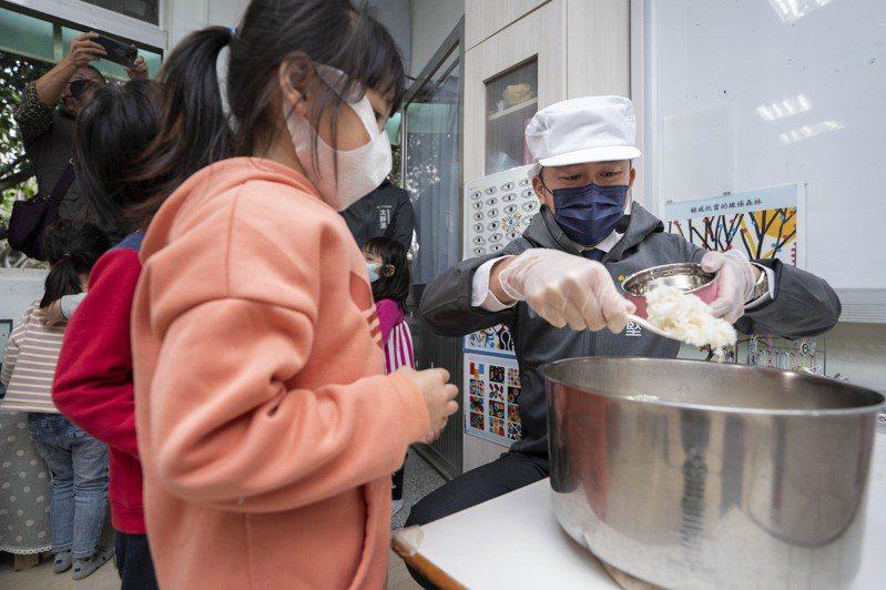 林智堅為學童盛飯。圖/新竹市政府提供