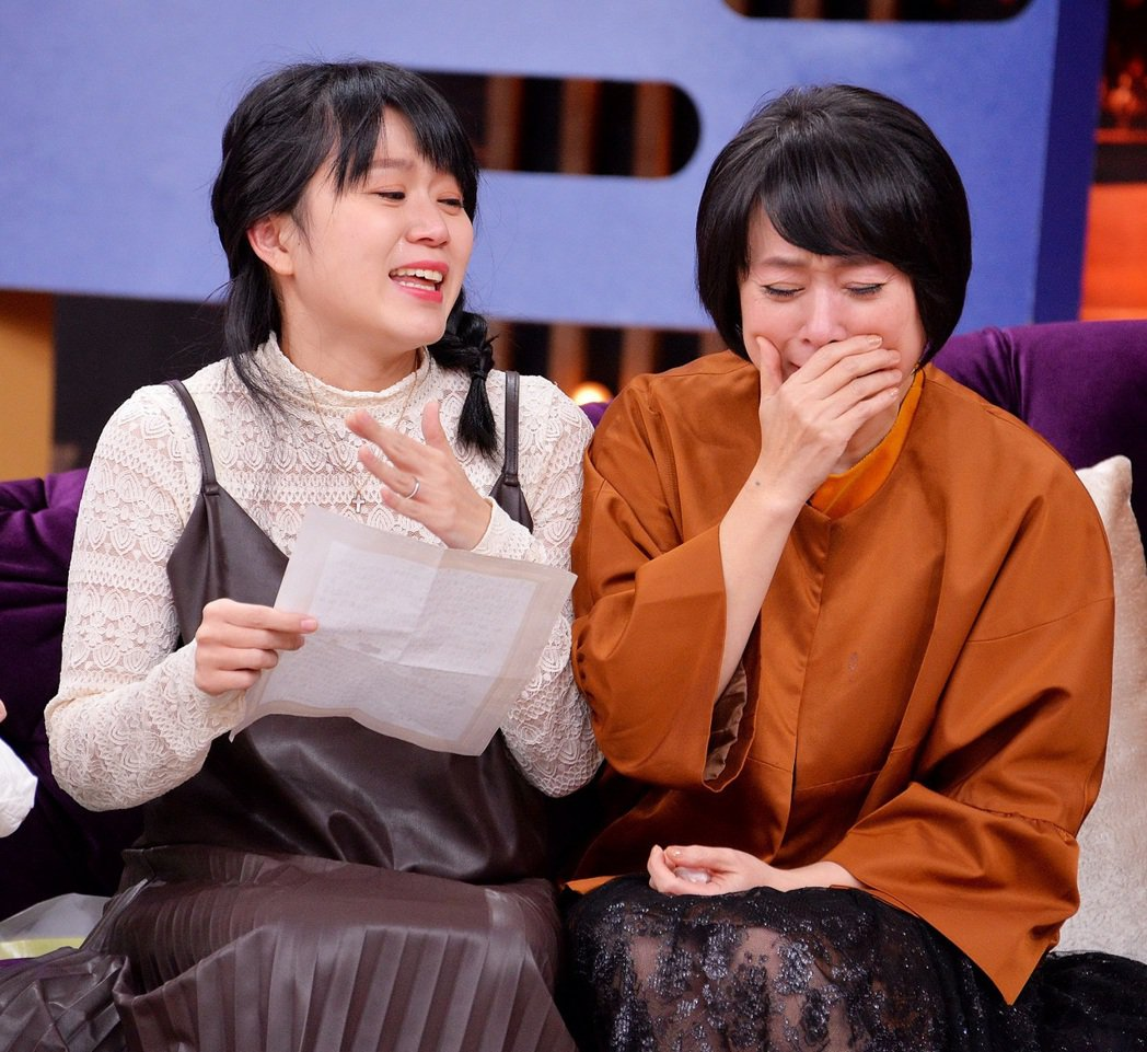 女兒妹子(左)離家感言好有愛,讓王月(右)哭慘成淚人兒。圖/衛視提供