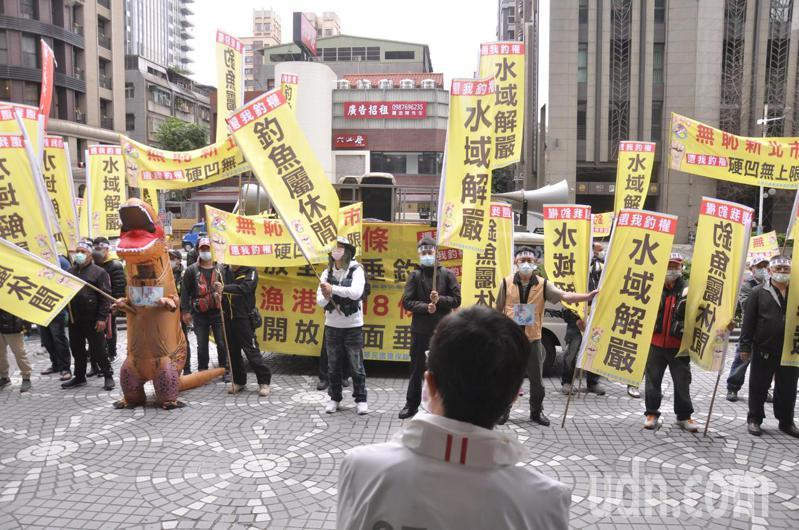 大批釣客向觀旅局長張其強抗議,希望地方在管制釣魚活動上要有憑有據。記者張哲郢/攝影