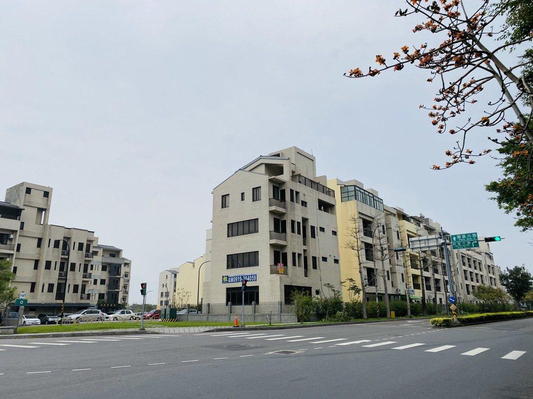 117戶安置戶在配租的園區服務區土地自行新建房屋居住,建築費用由安置戶負擔,建物...
