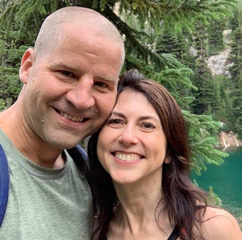 美國億萬富翁麥肯琪.史考特(右)6日傳出與西雅圖一所私校的自然科教師朱伊特再婚。圖/取自樂施誓約網站
