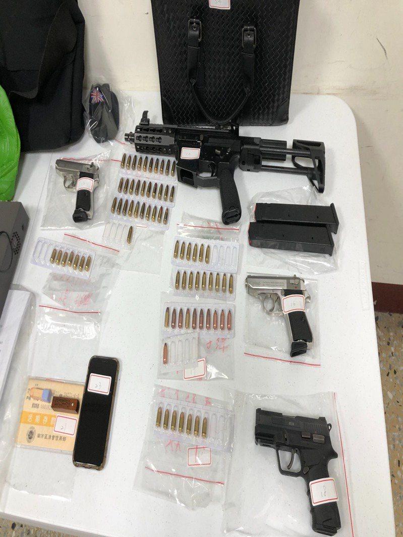 台南市刑大掃盪黑幫,查扣一長三短改造槍枝。圖/讀者提供