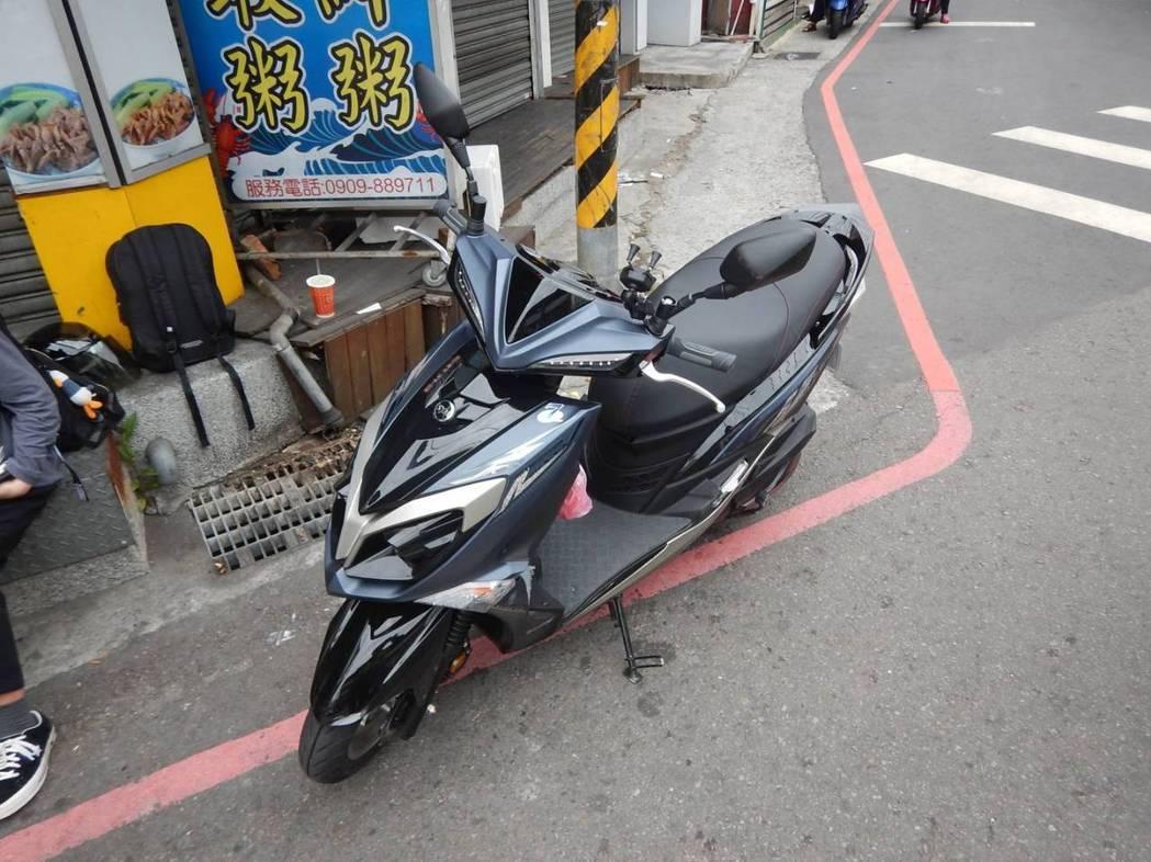 台中市林姓女子今天上午11時許,駕駛教練車與一名女騎士發生擦撞,釀2人受傷。圖/...