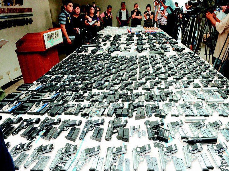 過去黑幫拿的槍,制式才有派頭,警方屢屢查獲大批軍火走私案,震憾社會。圖/聯合報系資料照片