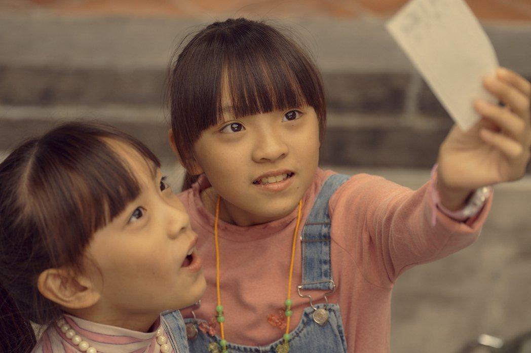 「天橋上的魔術師」林潔宜飾演的大珮(右)與林潔旻飾演小珮(左)雙胞胎面臨生離死別...