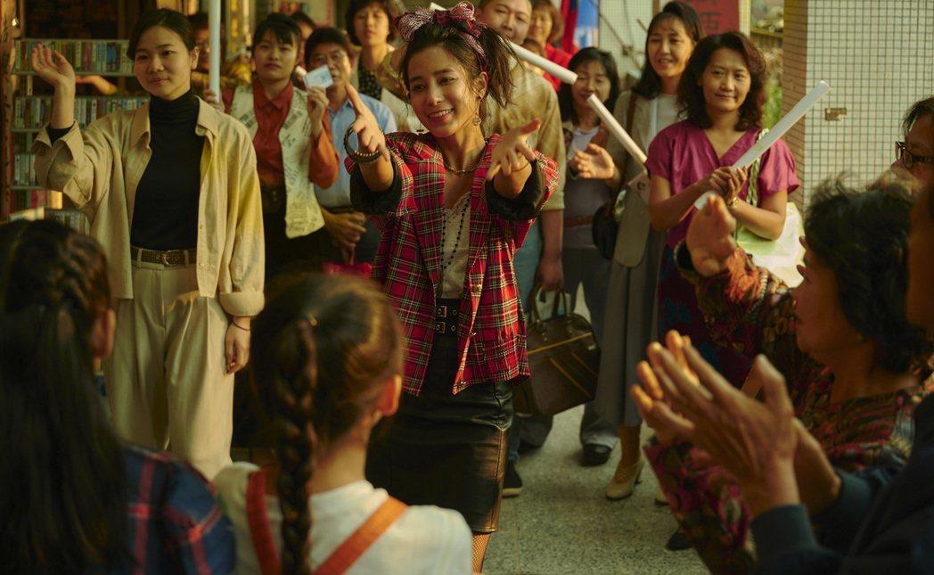 温貞菱(中)在「天橋上的魔術師」中飾演當紅明星河合奈保子。圖/公視提供