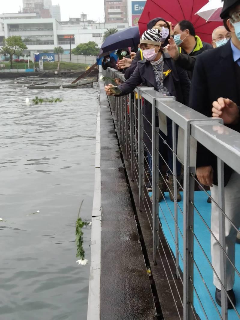 基隆市政府今天下午2點28分在海洋廣場舉辦228追思會,出席人士在港邊獻花、默禱。記者邱瑞杰/攝影