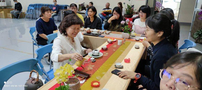 台中市大雅警分局今天安排手做甜點與司茶   創意文化饗宴歡慶祝婦女節。圖/警方提供