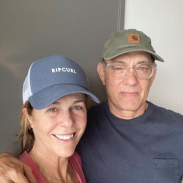 麗塔威爾森(左)和丈夫湯姆漢克斯確診新冠肺炎滿一年,發文表達心中的感受。圖/摘自