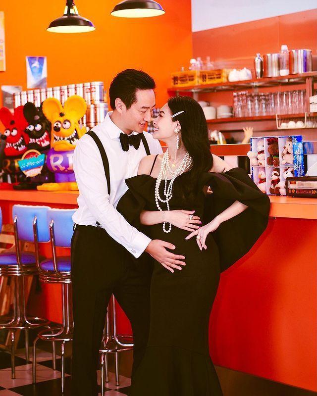 王思佳的夫婿摸著她肚子,期待小寶寶誕生。圖/摘自Instagram